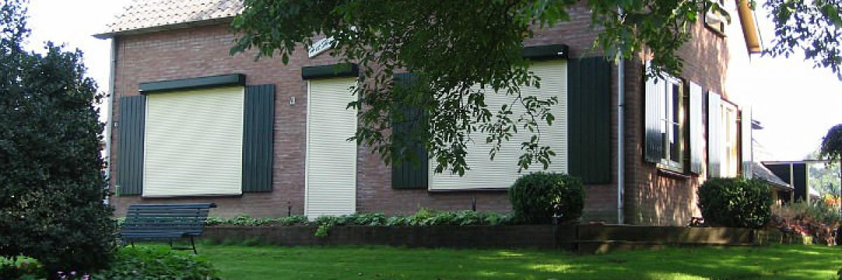 Huis met rolluiken geinstalleerd